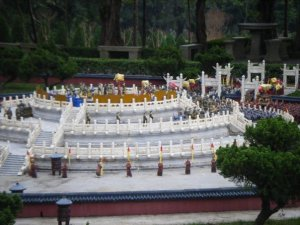 Miniature minions in a miniature palace. Nice attention to detail.